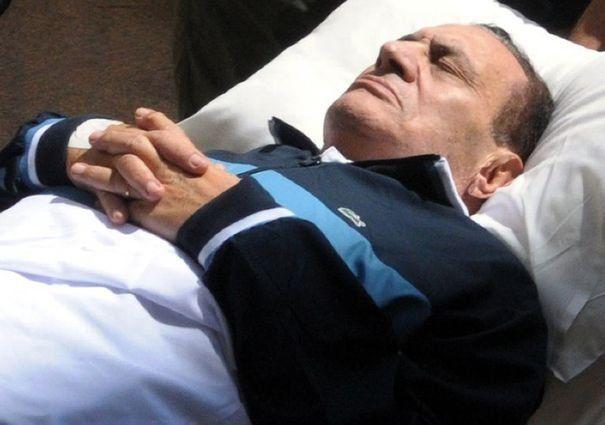848372_l-ancien-president-egyptien-hosni-moubarak-allonge-sur-une-civiere-lors-de-son-proces-le-7-septembre-2011-au-caire