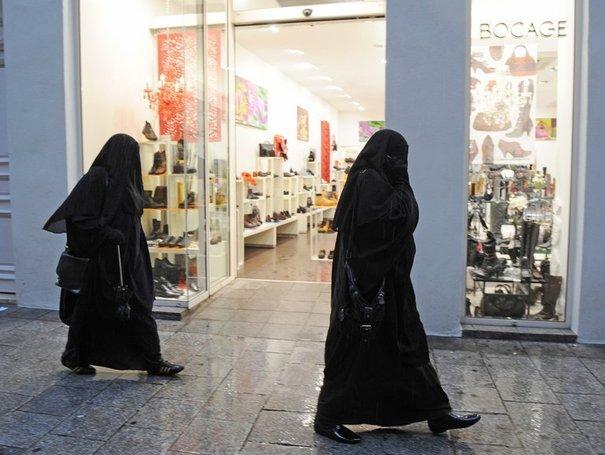 91236_des-femmes-en-niqab-le-24-decembre-2009-a-marseille