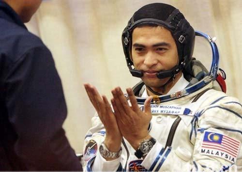 astronaut-praying