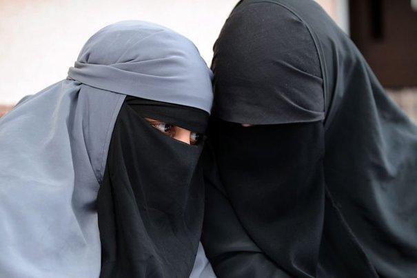 129748_deux-femmes-portant-le-niqab