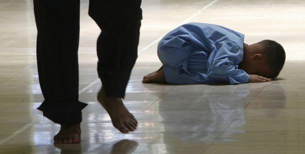 jeune-garcon-en-priere-a-manille-lors-du-ramadan_277