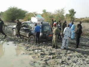 rs-et-des-soldats-camerounais-autour-du-4x4-des-touristes-francais-enleves-le-19-fevrier-2013-a-dabanga-au-cameroun-pres-de-la-frontiere-avec-le-nigeria[1]