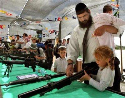 colons_gush_khatif_05_05_12_enfants_armes_AP