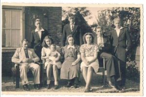 Photo de la famille Zanoli en Hollande, en 1942.  Henk Zanoli, deuxième en partant de la droite.