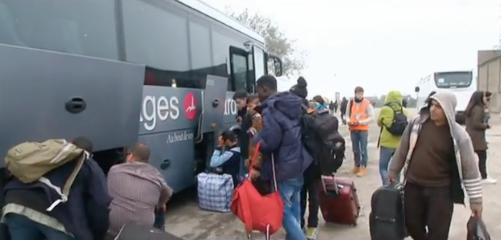 La jungle de Calais évacuée envoie les réfugiés dans les centres d'hébergement