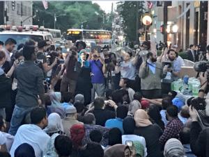 New York : des dizaines de juifs protègent de...